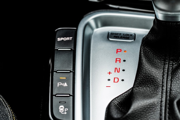 Close-up van de hendel van de automatische versnellingsbak versnellingspook in een auto modern auto-interieur detail