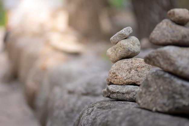 Close-up van de in evenwicht brengende piramide van de rotsstapel voor bemiddeling en harmonie Premium Foto