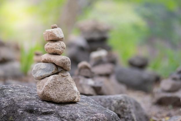 Close-up van de in evenwicht brengende piramide van de rotsstapel voor bemiddeling en harmonieconcept.