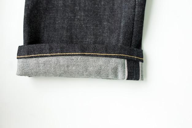 Close-up van de jeans met een witte achtergrond