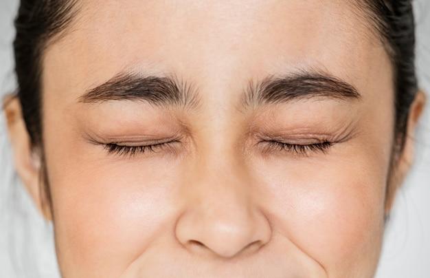 Close-up van de jonge aziatische gesloten ogen van het meisjesportret