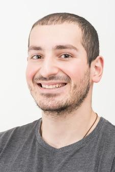Close-up van de jonge lachende man op witte achtergrond