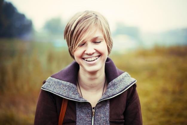 Close-up van de jonge vrouw alleen lachen