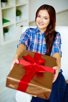 Close-up van de jonge vrouw met een gift