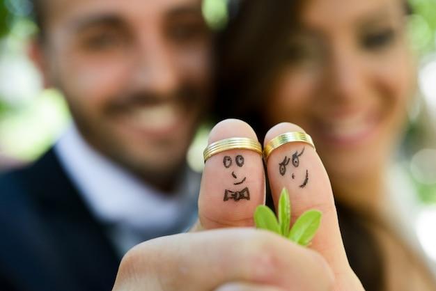 Close-up van de jonggehuwden geschilderd op de vingers