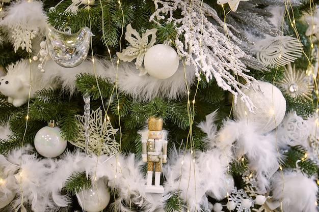 Close-up van de kerstboom met witte versieringen van kerstballen