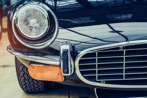 Close-up van de koplampen en de voorbumper op vintage auto