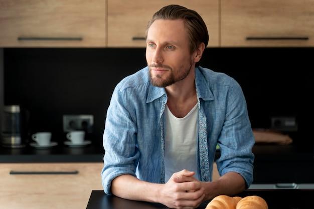 Close-up van de man in zijn keuken