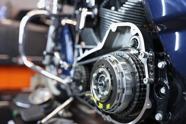 Close-up van de mand van de motorfietskoppeling met het reparatieconcept van de kettingmotorfiets