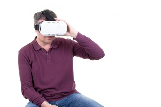Close-up van de mannelijke jonge mens die smartphone van de werkelijkheidsbeschermende bril dragen die met vr-hoofdtelefoon gebruiken
