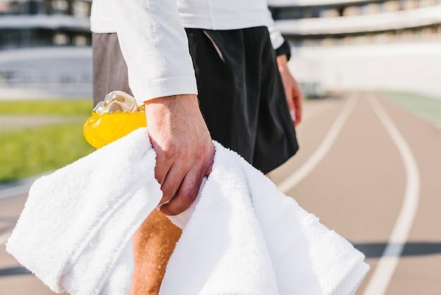 Close-up van de mens die een handdoek houdt