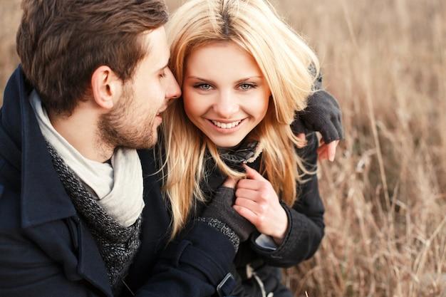 Close-up van de mens flirten met zijn vriendin