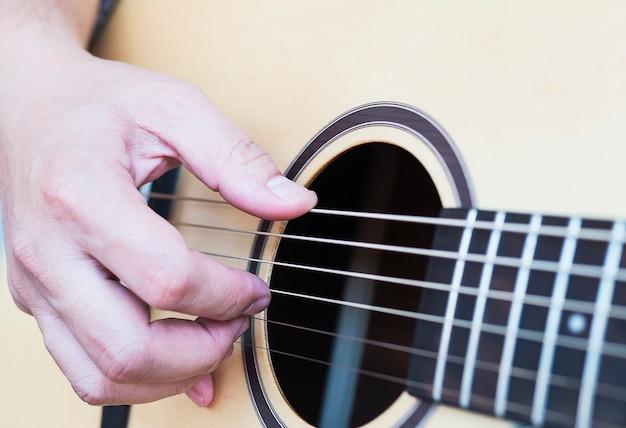 Close-up van de mens gitaar spelen