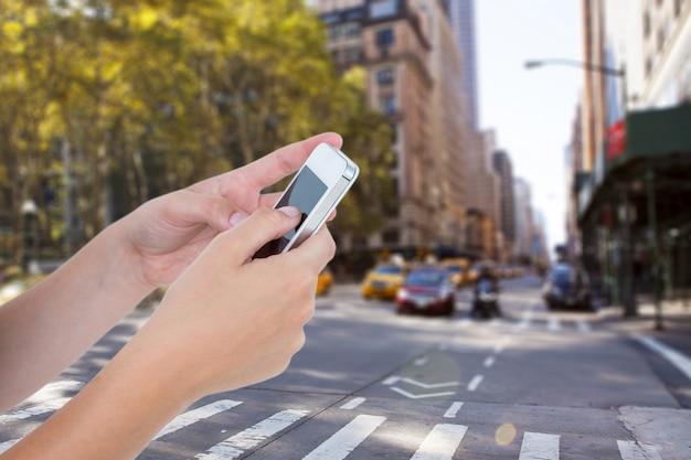 Close-up van de mens met mobiel op onscherpe achtergrond