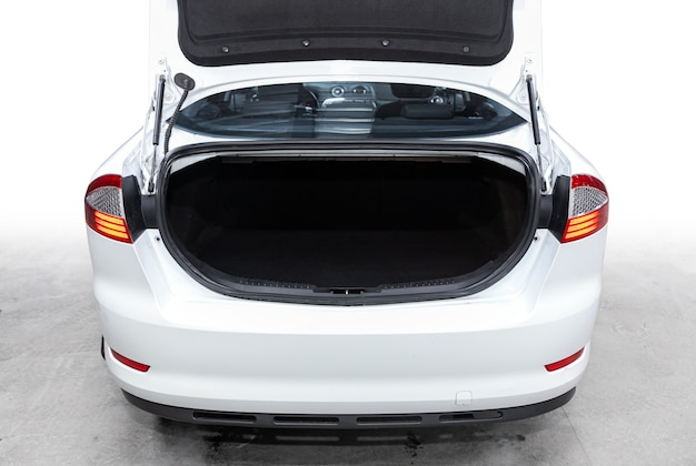 Close-up van de open kofferbak, koplamp, bumper, vooraanzicht