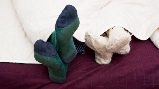 Close-up van de paar van het paar onder dekking in een bed