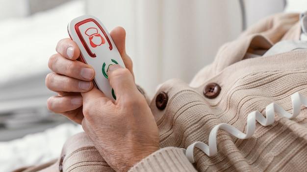 Close-up van de patiënt op de knop te drukken
