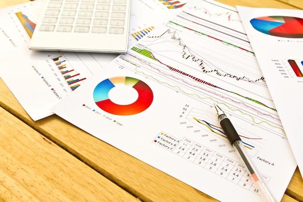 Close-up van de pen op financiële documenten