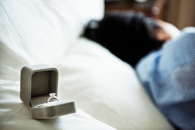 Close-up van de ring van het huwelijksvoorstel op bed