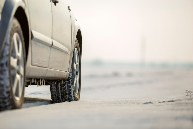 Close-up van de rubberband van autowielen in diepe sneeuw.