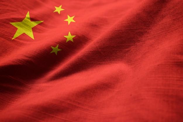Close-up van de ruffled vlag van china, china vlag die in wind blaast