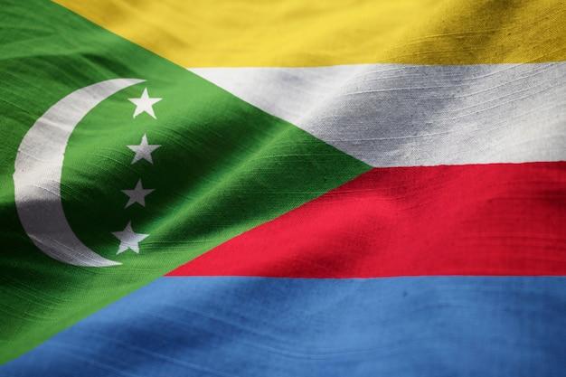 Close-up van de ruffled vlag van de comoren, de vlag van de comoren waait in de wind