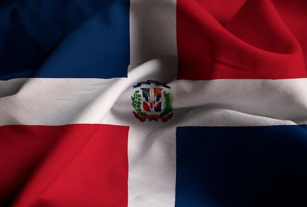 Close-up van de ruffled vlag van de dominicaanse republiek, dominicaanse republiek vlag waait in de wind