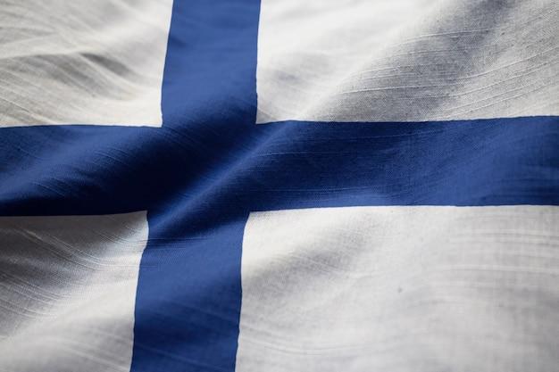 Close-up van de ruffled vlag van finland, finland vlag die in wind blaast