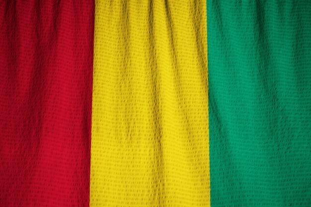 Close-up van de ruffled vlag van guinea, guinea vlag die in wind blaast