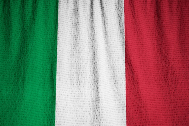 Close-up van de ruffled vlag van italië, de vlag die van italië in wind blaast Premium Foto