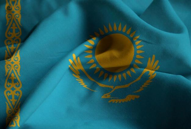 Close-up van de ruffled vlag van kazachstan, de vlag die van kazachstan in wind blaast
