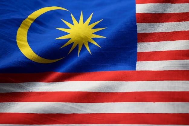 Close-up van de ruffled vlag van maleisië, de vlag die van maleisië in wind blazen