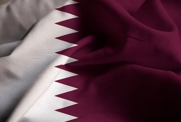 Close-up van de ruffled vlag van qatar, de vlag die van qatar in wind blaast