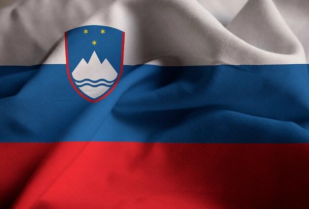 Close-up van de ruffled vlag van slovenië, de vlag die van slovenië in wind blazen