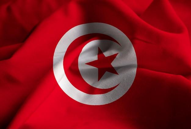 Close-up van de ruffled vlag van tunesië, de vlag die van tunesië in wind blaast