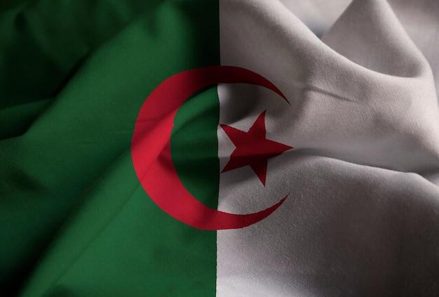 Close-up van de ruige algerije vlag, algerije vlag waait in de wind