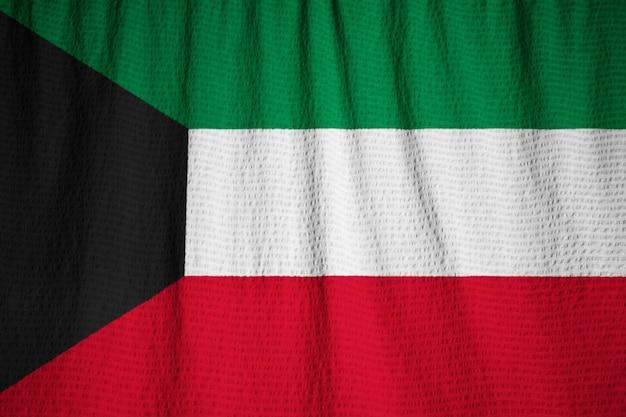 Close-up van de ruige koeweit vlag, koeweit vlag waait in de wind