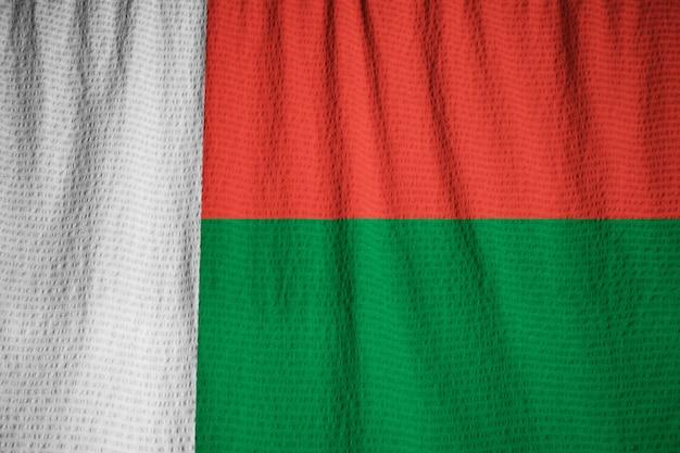 Close-up van de ruige madagascar vlag, madagaskar vlag waait in de wind