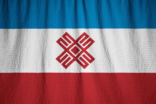 Close-up van de ruige mari el vlag, mari el vlag waait in de wind