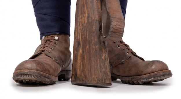 Close-up van de schoenen van de soldaat met zijn geweer
