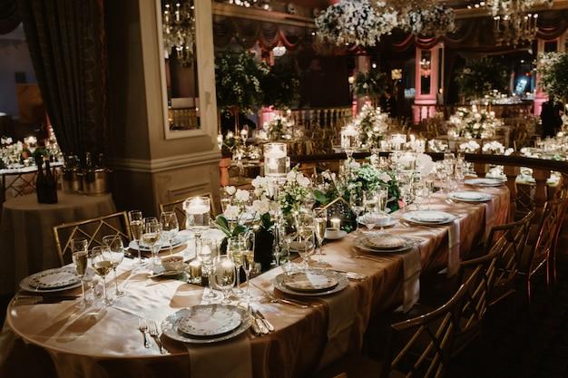 Close-up van de set van tafel in klassieke stijl