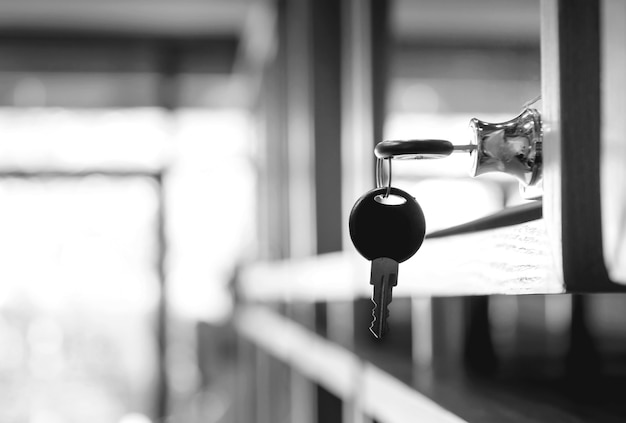 Close-up van de sleutels gesloten kast, zwart-witte filtertoon.