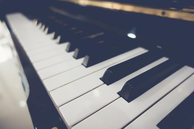 Close-up van de sleutels van de piano met selectieve aandacht, gefilterde afbeelding proc