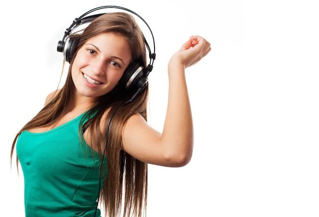 Close-up van de tiener te genieten van muziek