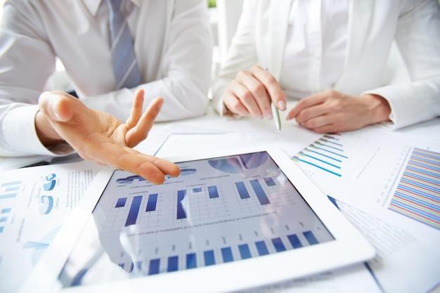 Close-up van de uitvoerende de presentatie van de jaarcijfers