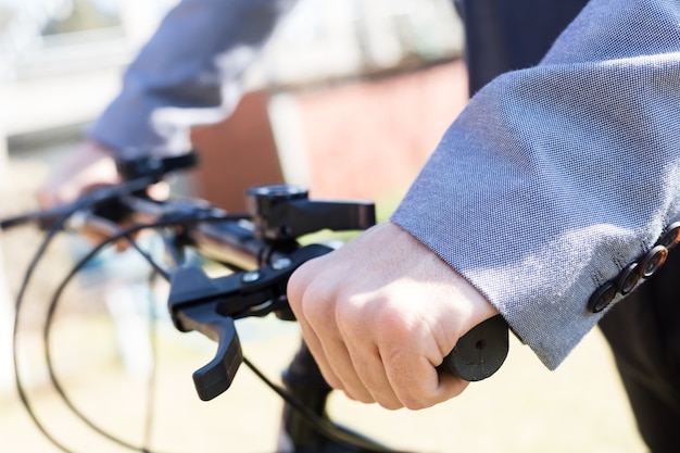Close-up van de uitvoerende met de handen op het stuur