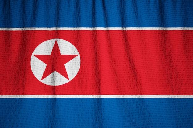 Close-up van de verstoorde vlag van noord-korea, noord-korea vlag waait in de wind