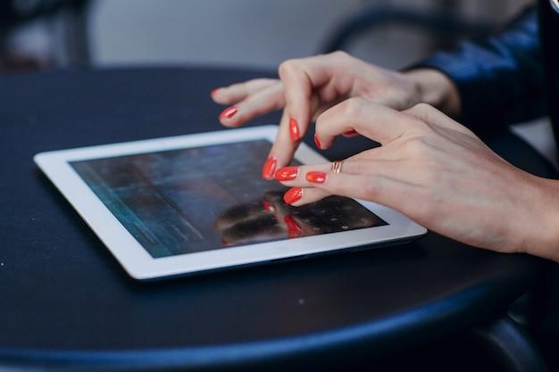 Close-up van de vingers aanraken van het scherm van de tablet
