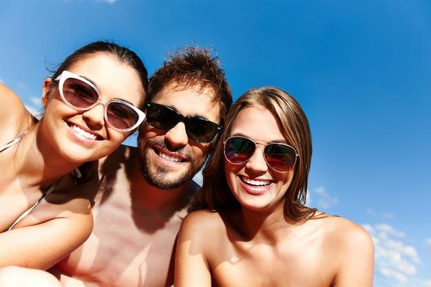 Close-up van de vrienden met zonnebril