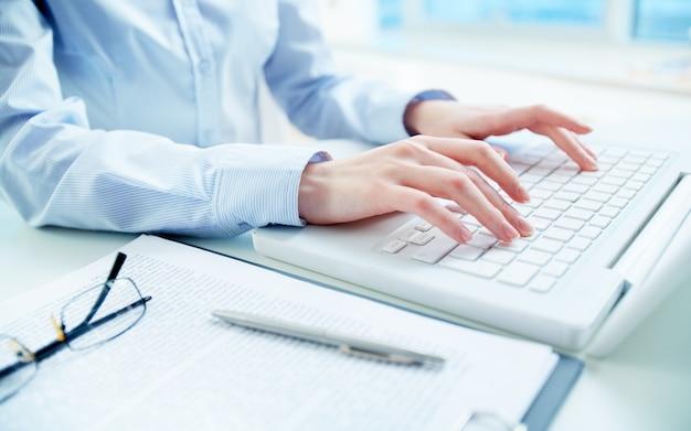 Close-up van de vrouw met behulp van een laptop